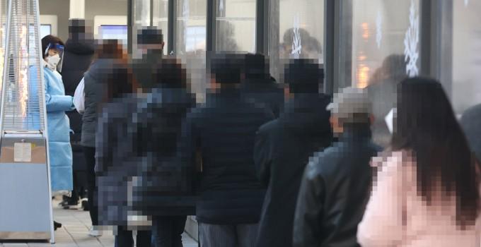 국내 신종코로나 바이러스(코로나19) 감염증 신규 확진자가 540명을 기록한 3일 오전 서울 서초보건소 선별진료소를 찾은 시민들이 검사를 위해 대기하고 있다. 연합뉴스 제공