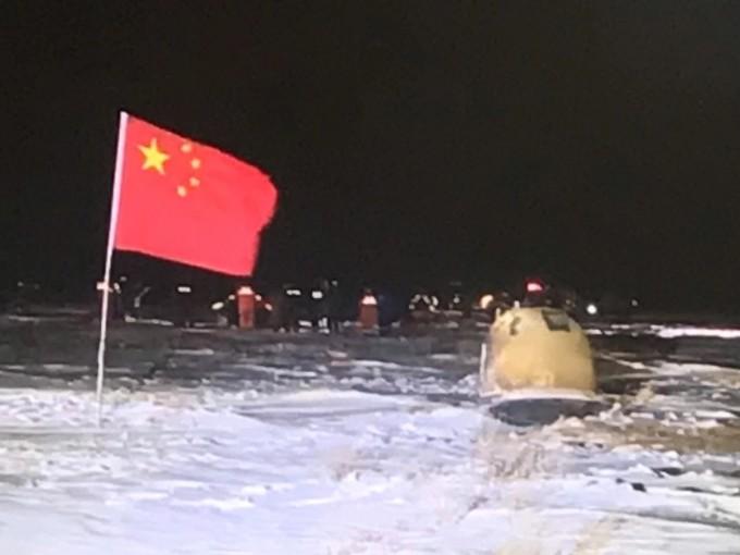 중국국가항천국(CNSA)은 17일 홈페이지에 창어 5호가 채취한 달 토양 시료가 담긴 캡슐이 착륙한 사진을 공개했다.  중국국가항천국(CNSA) 제공