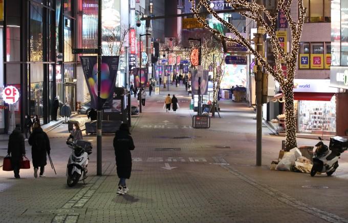 2021학년도 대학수학능력시험이 치러진 3일 저녁 서울 중구 명동 거리가 썰렁한 모습을 보이고 있다. 연합뉴스 제공