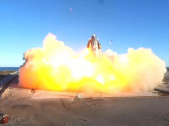SN8은 착륙을 시도했지만 너무 빠르게 내려오며 폭발하고 말았다. 스페이스X 유튜브 캡처