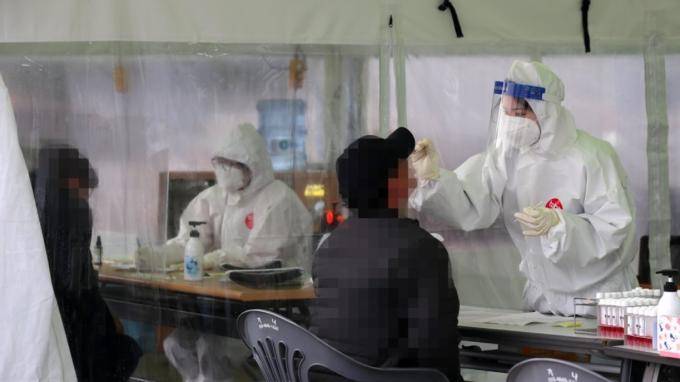 광주광역시 시청광장에 설치된 코로나19 임시 선별검사소에서 시민들이 신종 코로나바이러스 감염증 검사를 받고 있다. 연합뉴스 제공