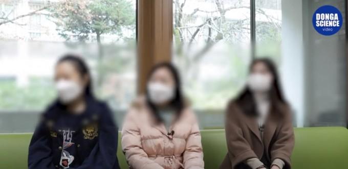 중국인 유학생 3인과 인터뷰를 하고 있는 모습이다. 동아사이언스 비디오 채널 제공