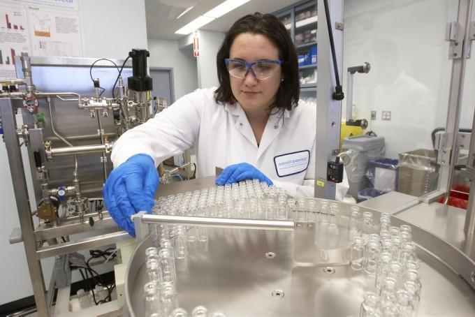 프랑스 제약사 사노피의 연구원이 코로나19 백신을 개발하고 있는 모습이다. 사노피 제공