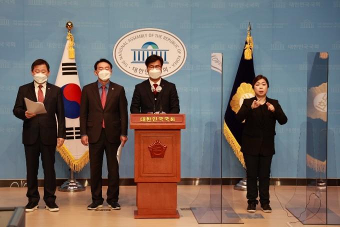 국민의힘 김영식, 이철규, 김석기 의원이 삼중수소 논란이 되고 있는 월성 원전 현장을 방문한 뒤 15일 사실관계 확인을 위한 국정조사를 촉구하는 기자회견을 하고 있다. 김영식 의원실 제공.