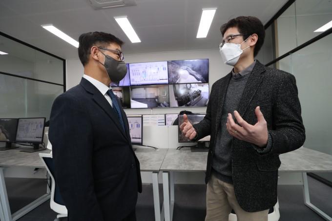 정병선 과기정통부 1차관(왼쪽)과 김수종 이노스페이스 대표가 연소시험을 참관하고 대화를 나누고 있다. 과학기술정보통신부 제공