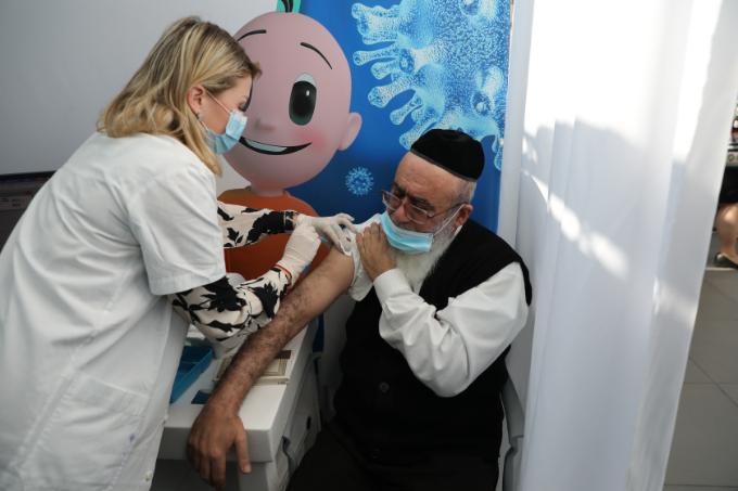 이스라엘 수도 텔아비브 슬로모 스포츠경기장에 차려진 대규모 백신 접종 센터에서 지난달 22일 60세 이상 노인이 코로나19 백신을 접종하고 있다. EPA/연합뉴스 제공