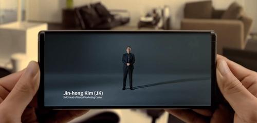 둘둘 말았다 펼치는 미래형 스마트폰 '롤러블 폰' CES서 공개