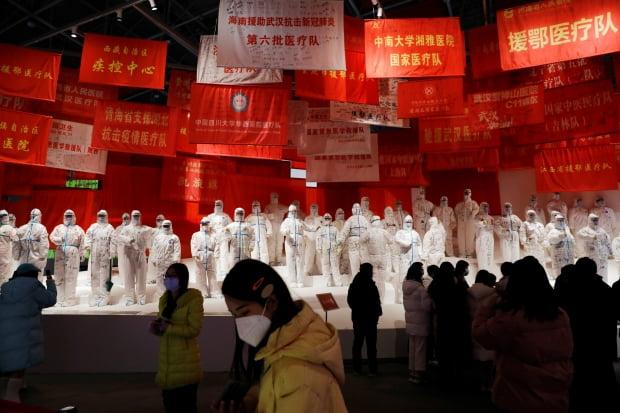 신종 코로나바이러스 감염증(코로나19) 발원지로 지목된 중국 후베이성 우한에서 관람객들이 우한 팔러 컨벤션 센터에 들어선 코로나19 전시관을 둘러보고 있다. 로이터/연합뉴스 제공