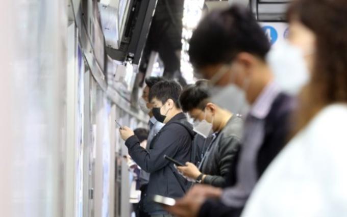 신종 코로나바이러스 감염증(코로나19) 유행으로 시민들이 마스크를 쓰고 열차를 기다리고 있다. 연합뉴스 제공