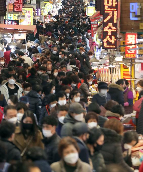 설 연휴를 앞둔 31일 부산 부산진구 부전시장이 제수용품 등을 사려는 사람들로 북적거리고 있다. 연합뉴스