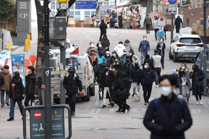 31일 오후 서울 중구 명동을 찾은 시민들이 이동하고 있다. 연합뉴스 제공