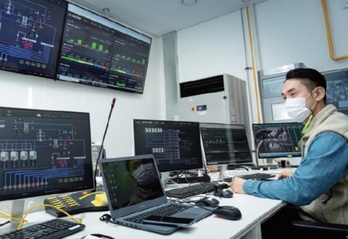 박경호 풀무원 벤처파일럿 담당자가 지열생산량을 확인하고 있다. 풀무원기술원은 건물에너지관리시스템(BEMS)으로 건물의 지열, 빙축열, 태양광을 통해 생산하는 에너지를 효율적으로 관리하고 있다. 과학동아DB