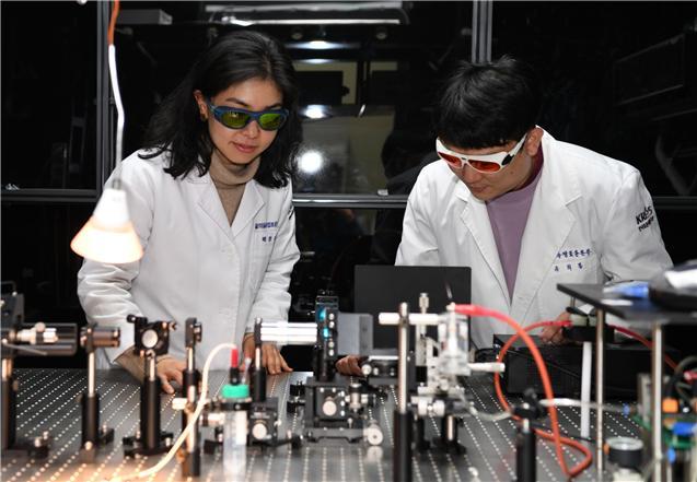 한국표준과학연구원 연구팀이 코로나19 바이러스 유전자를 측정하고 있다. 한국표준과학연구원 제공