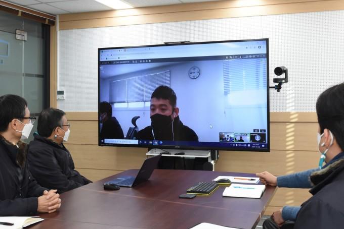 한국재료연구원이 이달 8일 온라인 기업지원 화상회의 플랫폼을 이용해 자동차 부품업체 ′센트랄′과 화상회의를 진행하고 있다. 한국재료연구원 제공