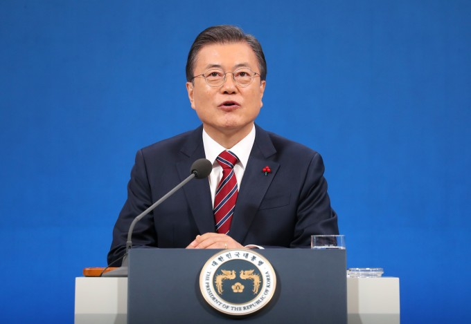 문재인 대통령이 18일 청와대 춘추관에서 열린 신년 기자회견에서 기자의 질문에 답하고 있다. 연합뉴스 제공