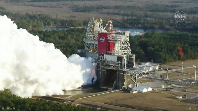 인류 역사상 가장 큰 우주로켓 '스페이스 런치 시스템(SLS)'이 지상 연소시험을 진행했다. NASA 제공