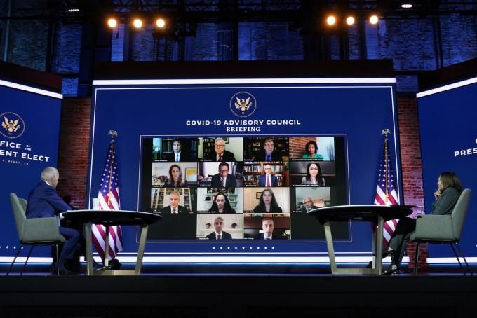 조 바이든(왼쪽) 미국 대통령 당선인이 9일(현지시간) 델라웨어주 윌밍턴에서 카멀라 해리스(오른쪽) 부통령 당선인과 함께 신종 코로나바이러스 감염증(코로나19) 태스크포스(TF) 자문단의 화상 브리핑을 받고 있다. 연합뉴스 제공