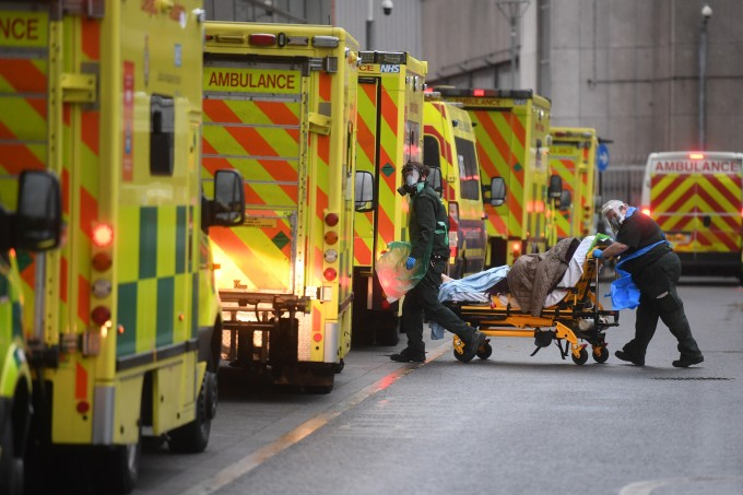 영국 런던의 로열 런던 병원에서 5일(현지시간) 의료 요원들이 구급차로 이송한 환자를 옮기고 있다. 보리스 존슨 영국 총리는 이날 0시부터 잉글랜드 전역을 대상으로 3차 봉쇄조치를 도입한다고 발표했다. 연합뉴스 제공