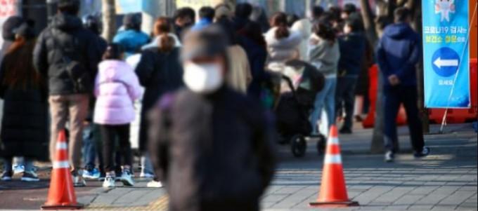 선별진료소에서 시민들이 검사를 받기 위해 줄을 서 있는 모습이다. 연합뉴스 제공