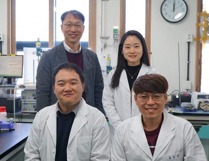 이재영 광주과학기술원(GIST) 지구 및 환경공학부 교수(왼쪽 위) 연구팀은 리튬황 배터리 성능과 내구성을 높이는 촉매 기술을 개발했다. GIST 제공