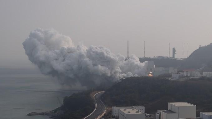 한국형 발사체 누리호 1단 엔진 인증모델(QM)이 28일 전남 고흥 나로우주센터에서 첫 종합연소시험을 진행했다. 항공우주연구원 제공.