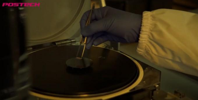 산화물 양자 소재 연구실은 금속과 산소가 결합하는 산화물 반도체 소재를 연구한다.