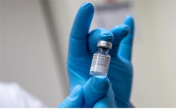 화이자가 개발한 mRNA 기반 코로나19 백신. 임상 3상 시험 결과, 3주 간격으로 2회 주사했을 때 코로나19 감염을 90% 이상 예방하는 것으로 나타났다. 위키미디어 제공
