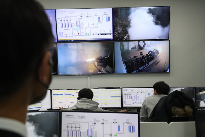 이달 27일 충남 금산 이노스페이스 로켓엔진 성능시험장에서 5t 엔진 연소시험이 진행되고 있다. 과학기술정보통신부 제공