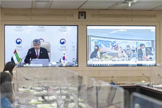 박광석 기상청장이 세계기상기구(WMO) 집행이사에 28일 당선된 후 아시아지역협회 의장인 아랍에미리트(UAE) 기상청장과 화상회의를 열고 있다. 기상청 제공