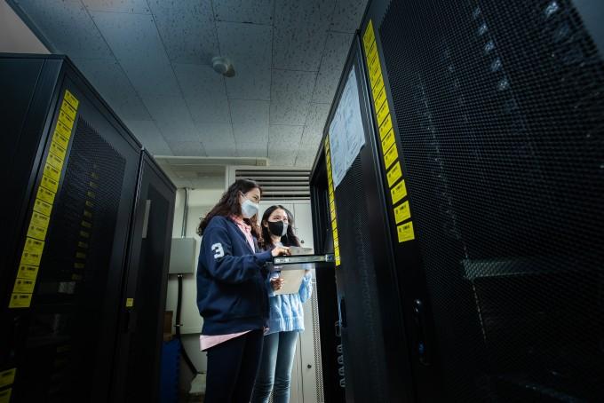 한 교수는 개인용 컴퓨터 2000기 성능의 서버를 구축했다. 남윤중 제공