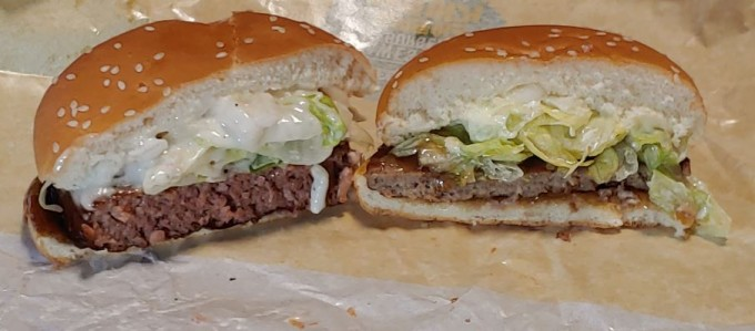 필자는 얼마 전 한 국내 업체가 출시한 식물고기 패티가 들어간 햄버거(왼쪽)를 먹어봤다. 겉보기도 그럴싸해 무심코 먹으면 식물고기를 쓴 줄 모르겠지만 맛과 향이 너무 강해 먹을수록 물리는 느낌이었고 무엇보다도 가격이 비쌌다. 강석기 제공