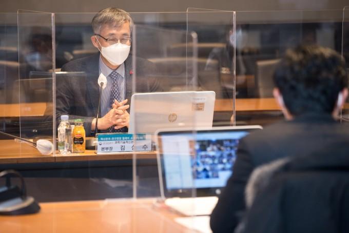 김성수 과학기술혁신본부장이 릴레이 간담회를 온라인으로 진행하고 있다. 과기정통부 제공.