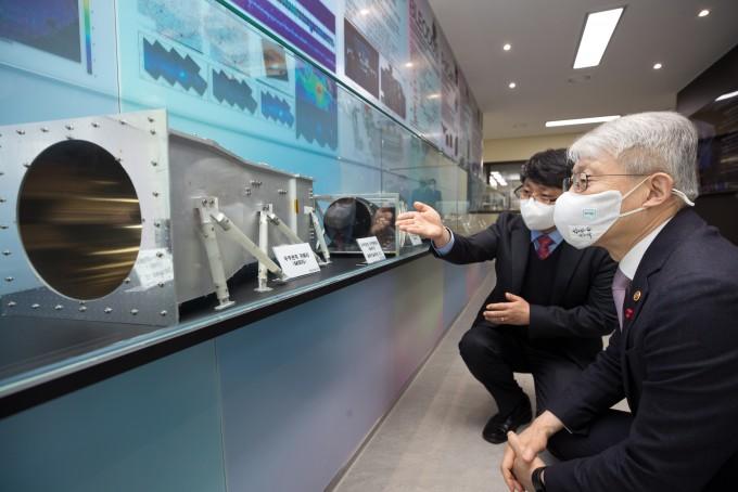 최기영 과학기술정보통신부 장관(오른쪽)이 최영준 한국천문연구원 우주과학본부장으로부터 우주관측 카메라와 지구관측 카메라에 대한 설명을 듣고 있다. 과학기술정보통신부 제공