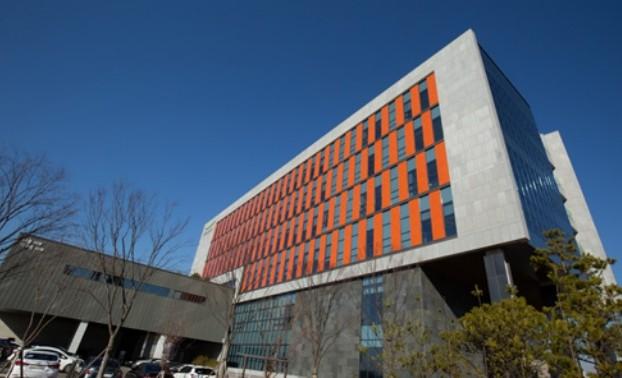 2020년 4월 미국 친환경 건축물 인증제도인 '리드(LEED)'에서 골드 등급을 획득한 충북 청주 풀무원기술원. 옥상에 태양광 발전을 위한 모듈 256개를 설치해(위), 건물에서 사용하는 총 전력의 7.5%를 얻고 있다. 과학동아DB