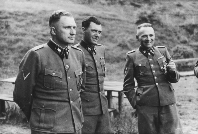 아우슈비츠 수용소를 관리한 나치 무장친위대 장교와 군의관의 모습이다. 인간의 주도적 공격성 진화는 이처럼 멀쩡하게 보이는 사람들이 수백만 명을 학살하는 만행을 저지를 수 있는 시스템을 만드는 지경에 이르렀다. 위키피디아 제공