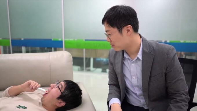 우충완 성균관대 글로벌바이오메디컬공학과 교수(오른쪽)가 캡사이신을 바른 종이를 무는 이재중 박사과정생을 보고 있다. 우 교수 연구팀은 캡사이신으로 통증의 정도를 파악하는 기술을 개발했다. 유튜브 캡처