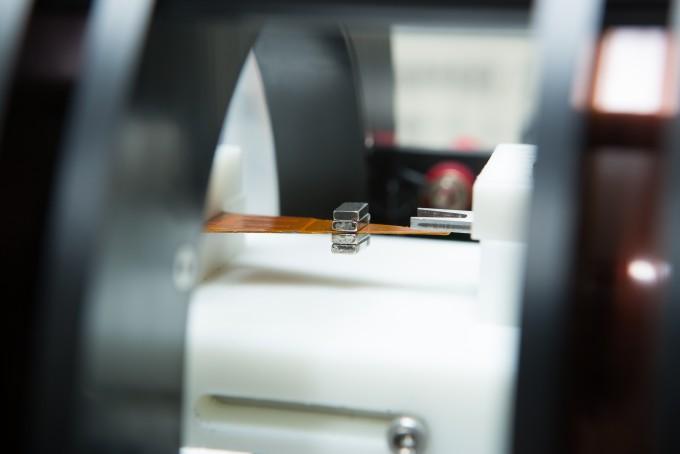 류 교수 연구팀이 개발한 ME 소재는 얇은 자왜소재와 압전소재를 위아래로 쌓은 층상 복합체 형태다. 얇으면서도 짧은 길이의 소재로 자기장에서 전력을 생산하는 것이 가능하다. 남윤중 제공
