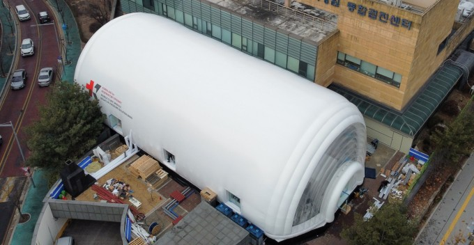 한국원자력의학원에 설치된 이동형 음압병동 외경. KAIST 제공
