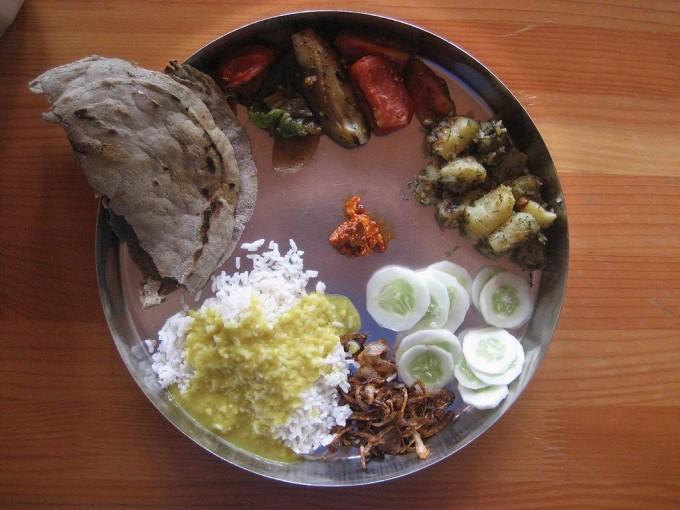 인도의 코로나19 상황이 서구 나라들에 비해 덜 심각한 게 채식 위주의 식단 때문이라는 해석이 있다. 전형적인 인도의 채식 식단이다. 위키피디아 제공