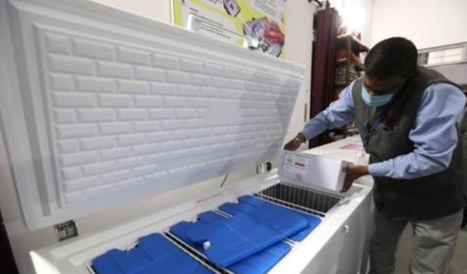 인도 보팔에서 코로나19 백신이 든 보관용기를 살펴보는 의료진의 모습이다. EPA/연합뉴스 제공