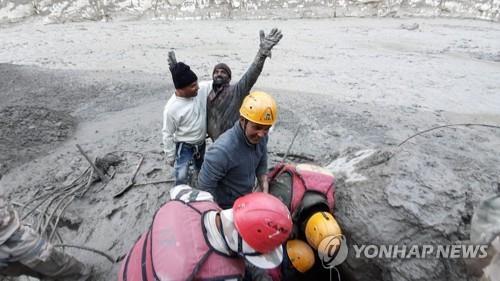 인도 '히말라야 빙하 홍수'로 30명 터널에 갇혀…구조 작업 박차