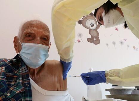 키프로스 니코시아에서 12일 92살 남성이 코로나19 백신을 맞고 있다. EPA/연합뉴스 제공