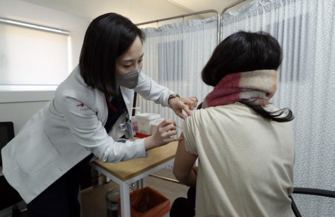 지난 9일 서울 중구 국립중앙의료원 중앙예방접종센터에서 진행된 코로나19 백신 접종 모의훈련에서 참가자들이 백신접종을 하고 있다. 사진공동취재단