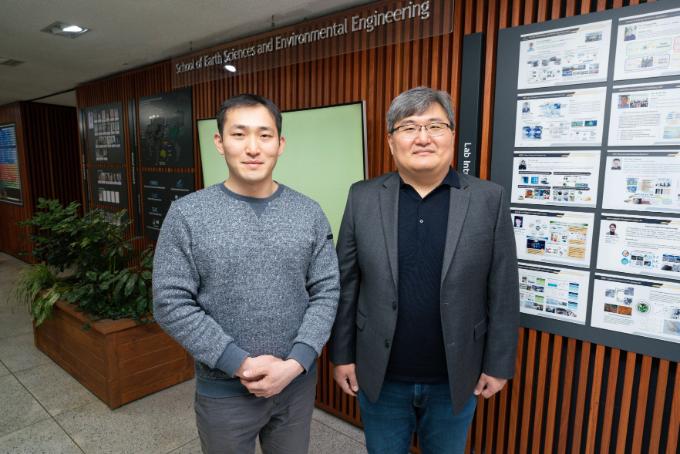 윤진호 광주과학기술원(GIST) 지구 및 환경공학부 교수(오른쪽)와 손락훈 박사과정생 연구팀은 기후모델 시뮬레이션을 통해 기후변화로 온도가 늘어나며 기상학적 산불위험이 늘어나는 것을 확인했다고 밝혔다. GIST 제공