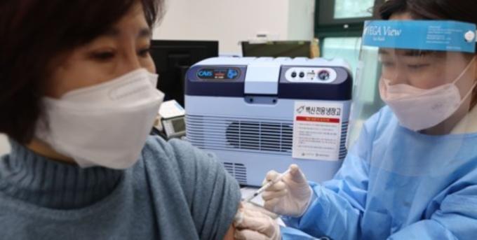 서울 중랑구보건소에서 보건소 관계자들과 구청 직원들이 백신 접종 사전 훈련을 하고 있다. 중랑구는 오는 26일 신종 코로나바이러스 감염증(코로나 19) 백신 접종을 시작한다. 연합뉴스 제공