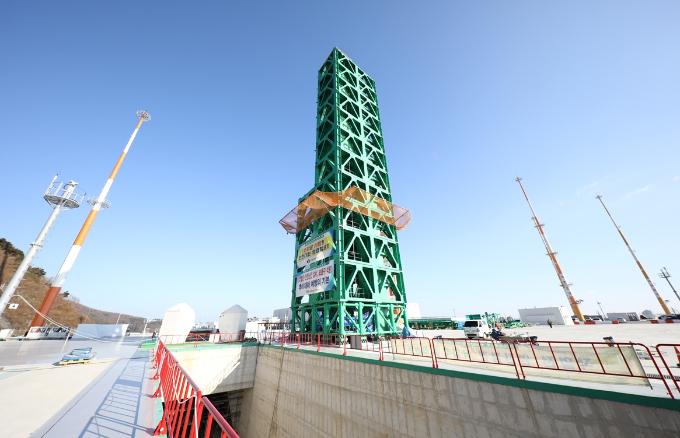 제2발사대는 3단 발사체에 연료, 산화제, 전기를 주입할 수 있는 발사대로 2016년 9월 15일 건조를 시작해 작년 11월 15일 기능 점검을 마쳤다. 높이는 약 45.6m로 누리호의 길이 47.2m와 비슷하다. 한국항공우주연구원 제공