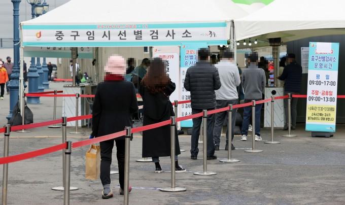 서울역 광장에 마련된 신종 코로나바이러스 감염증(COVID-19·코로나19) 임시 선별진료소에서 검사를 받으려는 시민들이 대기하고 있다. 연합뉴스 제공