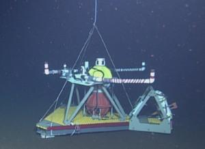 심해 연구에 사용하는 압력계 장착 역전 에코사운더(PIES)의 모습. 심해 연구자들은 수온, 염분 등을 측정할 수 있는 장비를 바다 아래로 내려보내 데이터를 수집한다. (출처 NSF-OOI/UW/CSSF, Dive1739, V14)