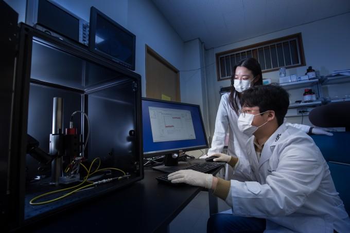 양현석 광전자소자물리연구실 박사과정 연구원(앞)과 김단비 광전자소자물리연구실 박사과정 연구원(뒤)이 연구실에서 새로운 필터 소재를 분석하고 있다. 남윤중 제공