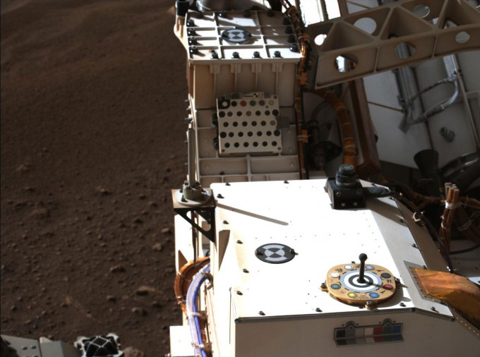 화성에 착륙한 퍼시비어런스의 옆 모습을 카메라로 촬영했다. NASA 제공